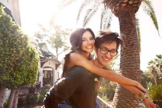 portrait-of-young-couple-embracing-in-backyard2